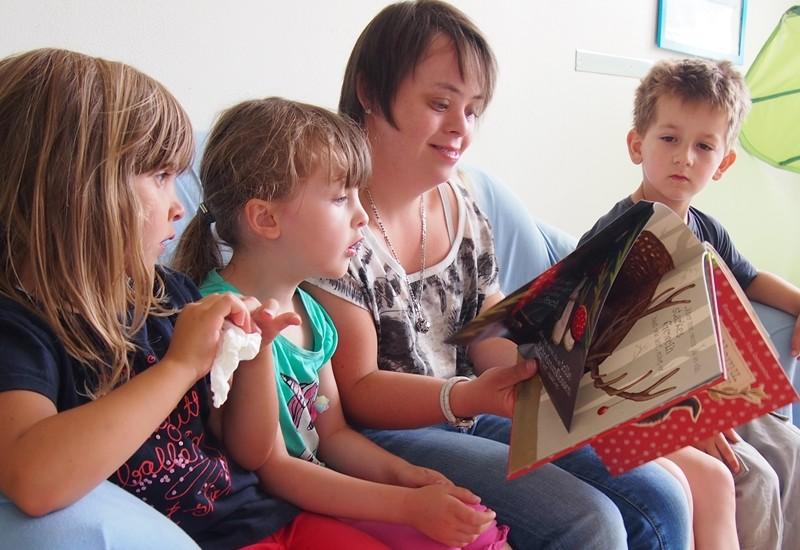 Im Wallmenrother Kindergarten ist Rebekka Henseler fester Bestandteil des Personals. Es war ein langer Weg bis dahin für die 28jährige mit Down Syndrom. Unterstützt von ihrer Mutter und der Lebenshilfe musste Rebekka lange dafür kämpfen.   Zum Artikel...